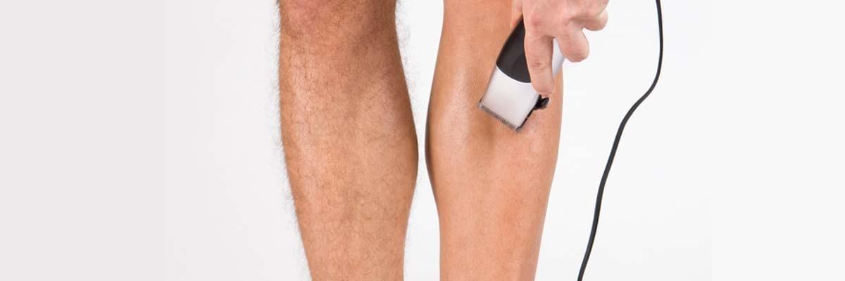 mannen die hun benen scheren
